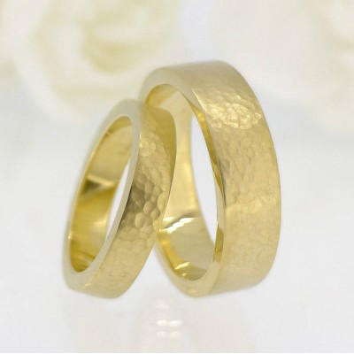 Und für ihn Hammered Wedding Ring 18 Karat Gold Set
